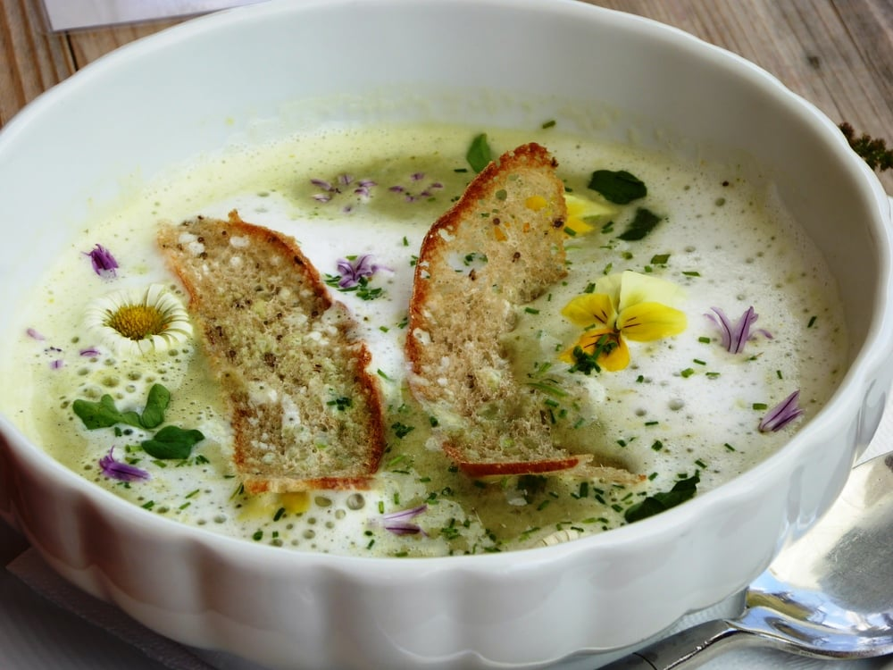 Frische Frühlingskräuter & Blütenküche im Marica