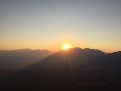 Il sorgere del sole sul corno bianco