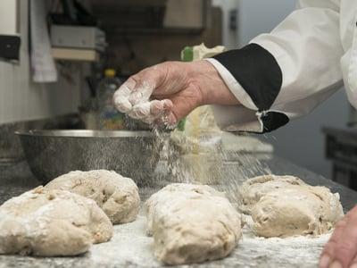 Der Küchenchef beim Brot backen