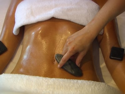 Massaggio con la Quarzite argentea- la pietra primordiale