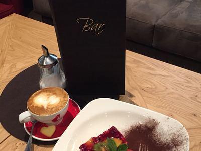 Hausgemachte Kuchen & Cappuccino