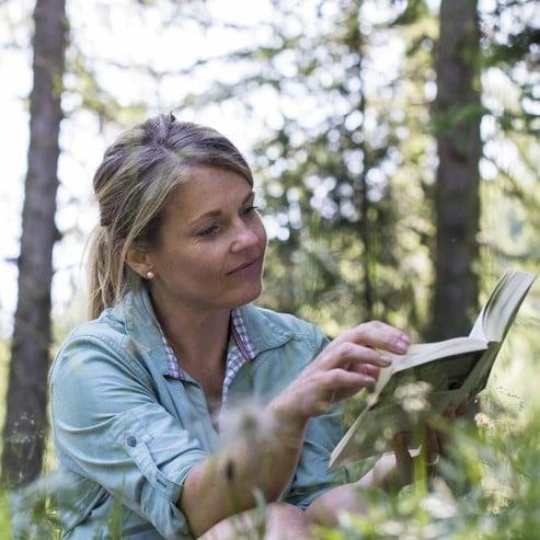 Biblioteca con testi sugli itinerari e mappe
