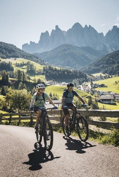 Leihmaterial: hochwertige Bikes, GPS-Geräte, Helme, Trinkflaschen