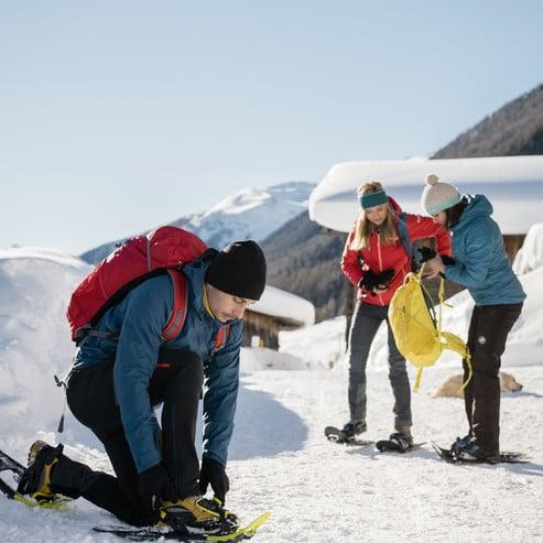 Noleggio di attrezzatura professionale: zaini, racchette da neve, bastoncini, cartine...