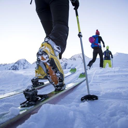 Verleih von Skitourenausrüstungen in einem Sportgeschäft, welches eine Kooperation mit Ihrem Hotel eingegangen ist.