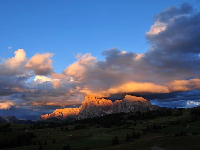 Den goldenen Herbst der Dolomiten einatmen