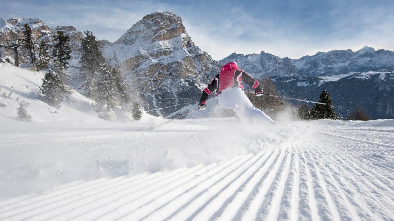 Divertimento con gli sci. In montagna
