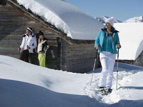 Mit Schneeschuhen vom Tal in die verschneiten Berge